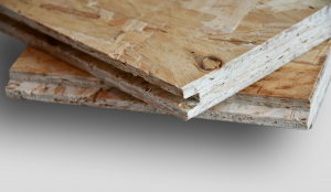 <p>Oriented Strand Board is een constructieplaat hoofdzakelijk opgebouwd uit naaldhout chips. Door de homogene opbouw kent OSB geen onvolkomenheden die we in triplex wel zien zoals knoesten, gaps of overlaps.<br />OSB 2 wordt hoofdzakelijk gebruikt voor d
